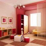 Разный цвет стен - одно из средств зонирования. Так гостиная спальня явно имеет две разных по назначению части