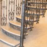 Боковое крепление возможно и к ступеням, но не для всех типов лестниц
