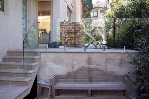 Если боитесь, что стеклянные перила на улице могут повредить, используйте бронированное стекло: выдерживает даже выстрелы в упор