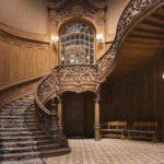 Деревянные перила могут быть даже в дворцовом интерьере