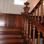 Фигурные балясины и украшения опорных столбов - традиционные формы декорирования лестничных перил