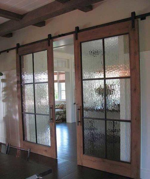 Если в оформлении есть нарочит подчеркнутые деревянные элементы, имеет смысл сделать раму двери из древесины (или пластика) такого же цвета