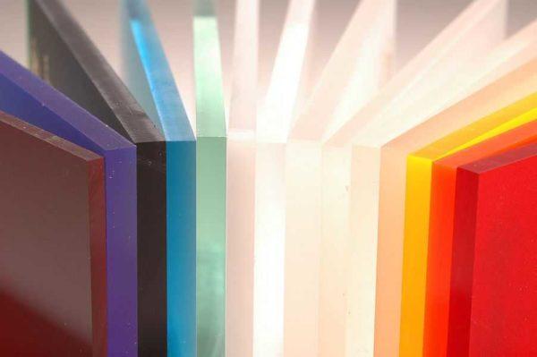 Органическое стекло может быть использовано при устройстве стеклянных перегородок в квартире или доме