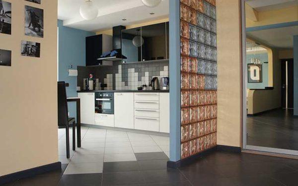 Если надо отделить кухню от коридора, но сохранить естественное освещение в темном коридоре - поставьте перегородку из стекла