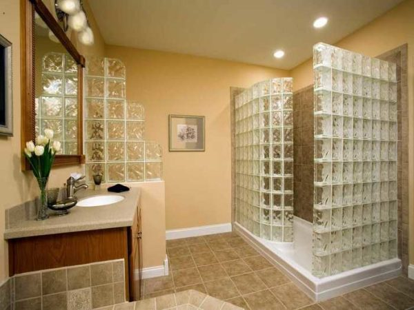 Очень популярны стеклоблоки в ванной
