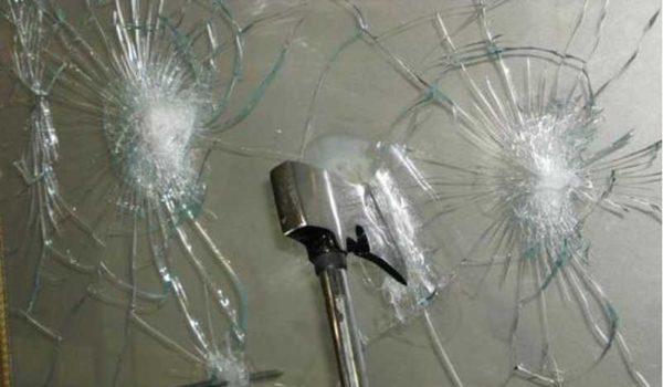 Триплекс может быть и бронированным, а может состоять и из трех стекол, проклеенных двумя пленками...