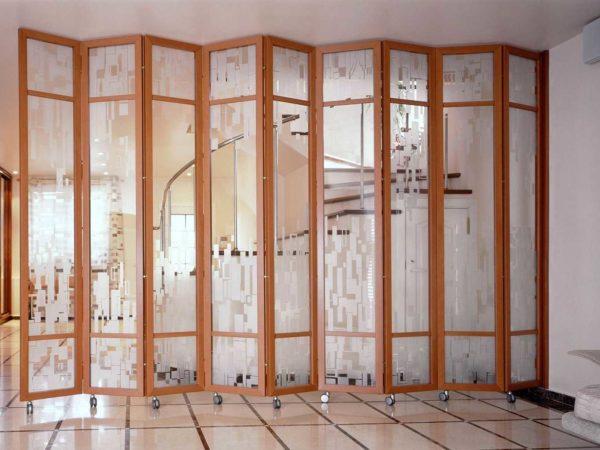Стеклянная ширма для разделения помещения