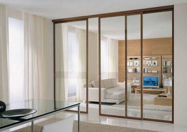 Раздвижные перегородки в комнате из стекла - мобильность и удобство