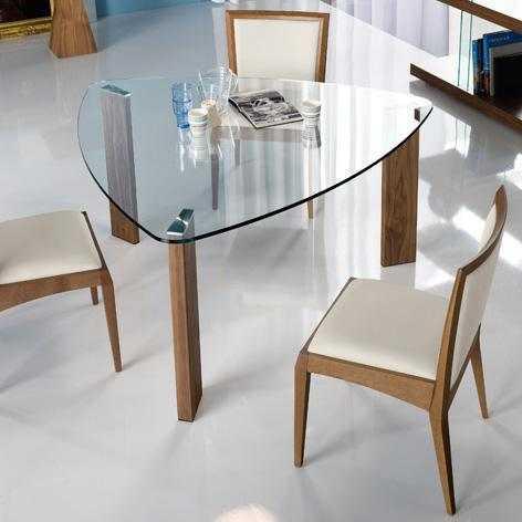 Самые, пожалуй, редкие - треугольные столы из стекла