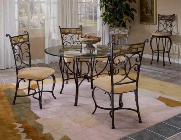 Стеклянные столы с кованными ножками и стулья в том же стиле