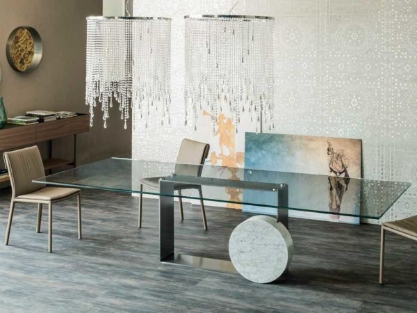 Стеклянный стол на кухне почти невидим