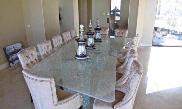 Такой стол из толстого стекла будет и в стиле лофт неплох