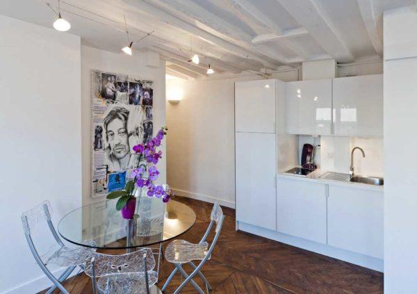 Круглый стеклянный стол на кухне не поставишь у стены