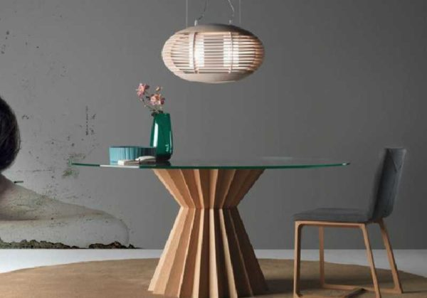 Вид и стиль стеклянного стола задает опора