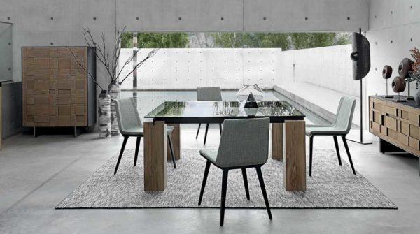 Квадратные модели стеклянных обеденных столов встречаются не так часто