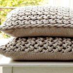 Из старого трикотажа, разрезанного на полосы, можно связать вот такие наволочки для декоративных подушек
