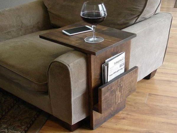 Очень удобная вещь. Подставка к креслу или дивану для чашки, бокала