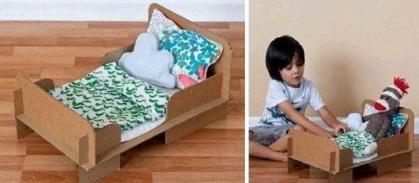 Можно сделать такую кровать из картона за несколько минут
