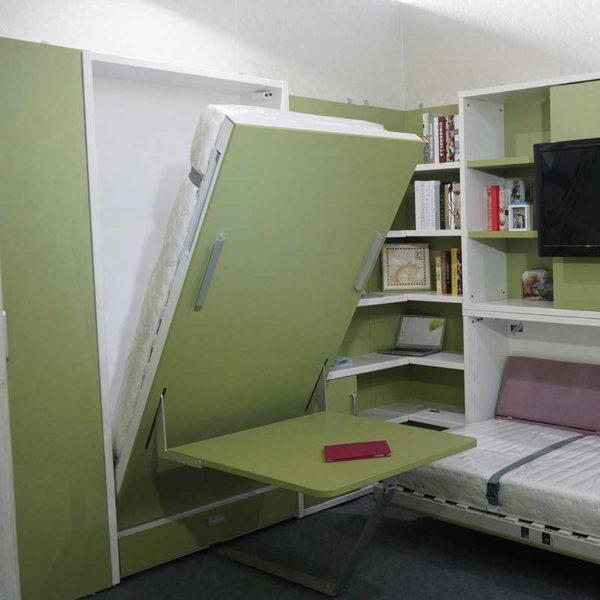 Более лаконичное исполнение, а закрепленный столик не лишний в маленькой комнате