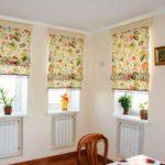 Если кухня слишком монотонна, добавить цвета можно при помощи римских штор в цветочек