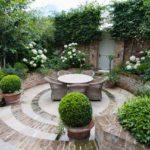 Красиво оформленный задний двор частного двора