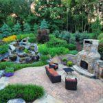 На заднем дворе частного дома можно устроить водопад, а еще - мангал из кирпича