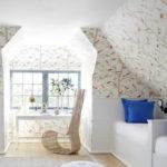 Особенность дизайна мансард в том, что потолок тоже можно оклеивать обоями