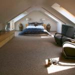 Белый гладки потолок - его тоже можно сделать на мансардном этаже