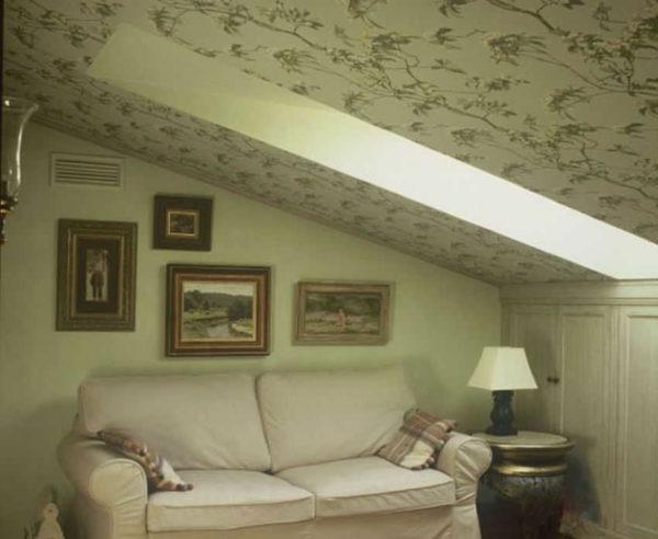 На мансарде все наоборот — на потолке обои и гладкоокрашенные стены
