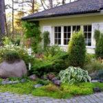 Это уже целая композиция перед домом из камней и растений