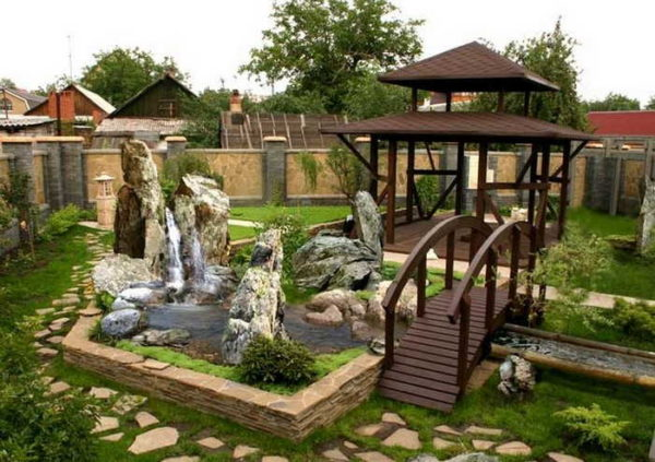 Двор частного дома с фонтаном и ручейком - стильно и красиво