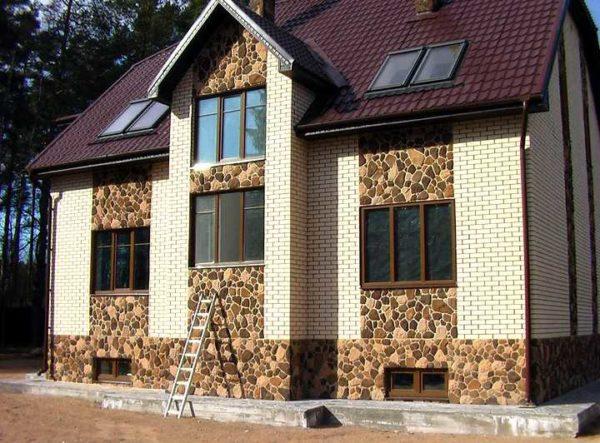 Кирпич отлично сочетается с камнем. На фото — дом из белого кирпича с отделкой из дикого камня