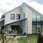 Дом из белого кирпича в современном стиле. Яркость фасаду придает контрастная отделка