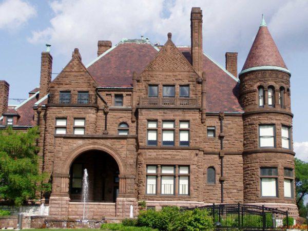 Этому дому из кирпича почти 150 лет и сооружений этого возраста много