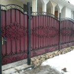 Еще один забор холодной ковки на сварных соединениях с профлистом бордового цвета