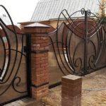 При наличии вкуса и воображения можно и из немногих деталей сделать интересные ограды