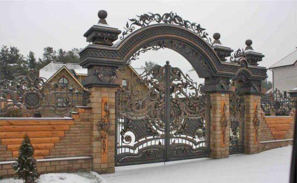 И сами ворота, и ограда, и столбы, и арка ворот — все очень и очень красиво