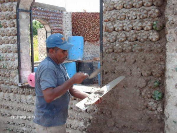 Технология пришла из теплых стран, но дачный домик или сарай построить можно