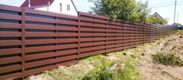 Горизонтальный забор из железного штакетника