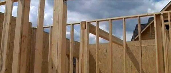 В доме из SIP панелей перегородки могут быть сделаны каркасные