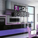 Фиолетовый и сиреневый с черно-белым кухонным фартуком