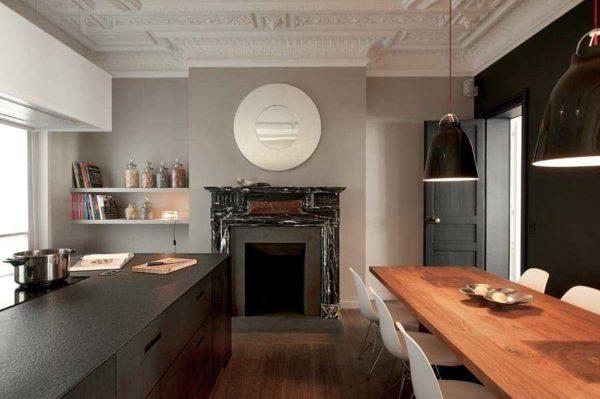 Лепнина в интерьере большой и современной кухни тоже не кажется лишней