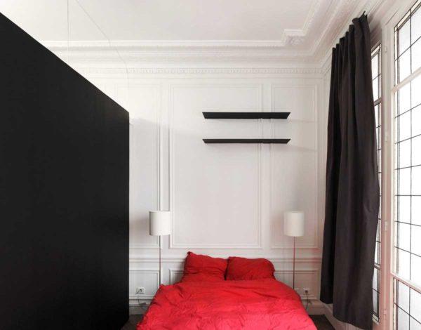 Лепные украшения в спальне более чем уместны. Они добавляют мягкости и интимности в обстановку