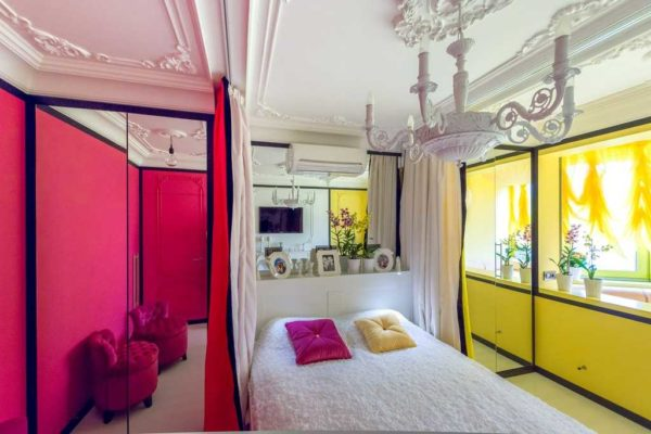 Яркая спальня украшены лепным декором