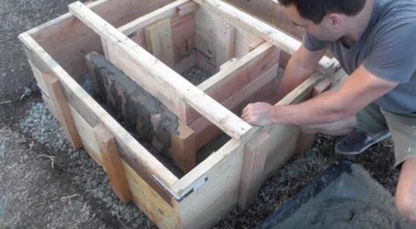 Элементы опалубки закрепляют друг относительно друга, опалубку крепят к грунту и заполняют бетоном