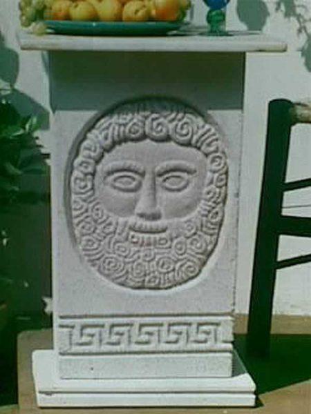 Не слишком распространенная техника: рисунок копируется на полусухой блок бетона, потом выскабливается стамесками или ложками. Главное - успеть до того, как бетон станет неподатливым для обработки