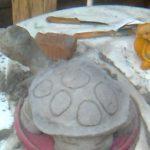 Вот так можно маленькую игрушечную черепаху превратить в садовую фигурку