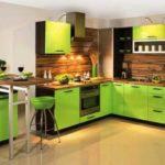 Классическое сочетание - кухня в зеленых и коричневых цветах