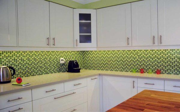 Фартук, стены, столешница - два оттенка зеленого при основном белом