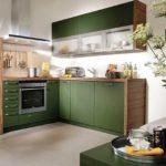Даже на маленькой, но светлой кухне темно-зеленый очень неплох